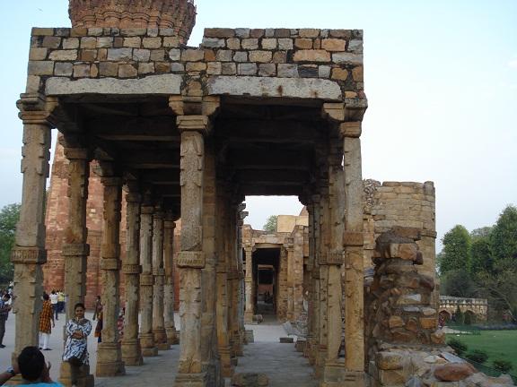 arches at qutub minar